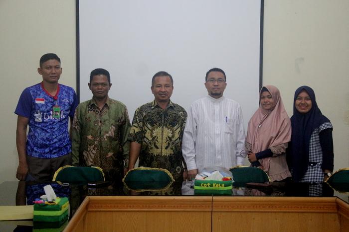 Rektor IAIN Langsa Dr. Zulkarnaini, MA melakukan foto bersama kontingen IAIN Langsa usai memberikan arahan dan bimbingan.
