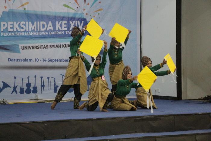 Peserta tari dari kontingen IAIN Langsa saat tampil di ajang Pekan Seni Mahasiswa Daerah (Peksimida) ke XIV di Unsyiah Banda Aceh.